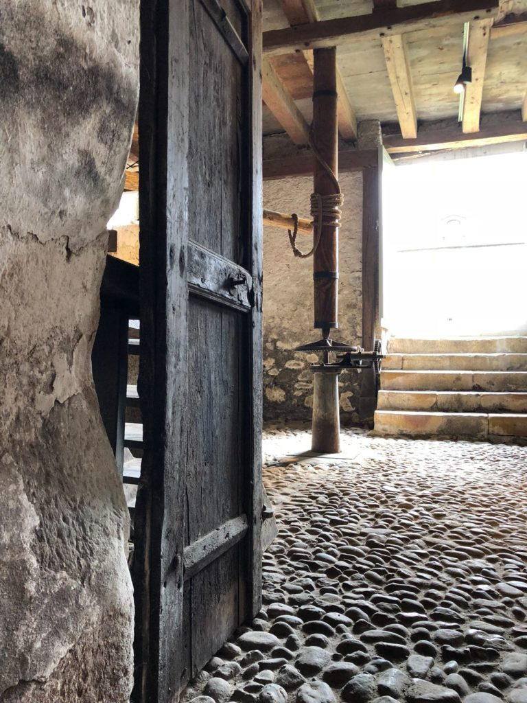 Cave chateau Vullierens porte 768x1024 - Dégustation des vins du domaine possible dans les caves historiques du Château!