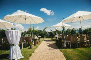 Allée de cérémonie du mariage de Nicolas et Céline sur le terrasse des Iris.