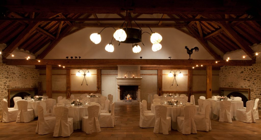 côté cheminée small 1024x552 - What is the ideal setting of Dorianna room for your wedding?