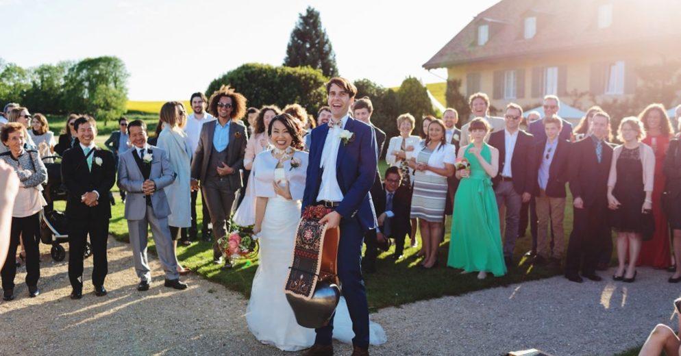Haie d'honneur sur la Terrasse des Iris, traditions de mariages aux Portes des Iris.