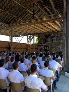 portes des iris hangar09 1 225x300 - Notre ancien hangar à foin - un atout de taille pour votre événement