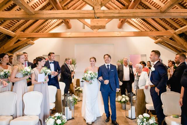 portes des iris robes de mariee belle en blanc 1 - Robe traditionnelle ou bohème? Smoking ou sexy? A votre image ou pour plaire au futur marié ou à la future mariée?