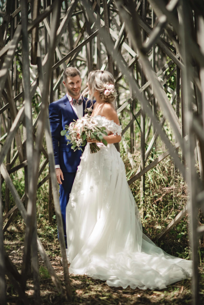portes des iris robes de mariee belle en blanc 4 683x1024 - Robe traditionnelle ou bohème? Smoking ou sexy? A votre image ou pour plaire au futur marié ou à la future mariée?