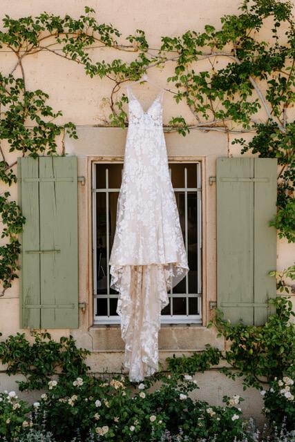 portes des iris robes de mariee with love boutique 1 - Robe traditionnelle ou bohème? Smoking ou sexy? A votre image ou pour plaire au futur marié ou à la future mariée?