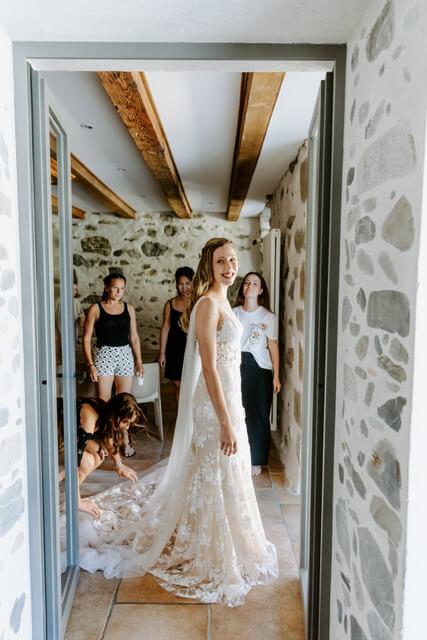 portes des iris robes de mariee with love boutique 2 - Robe traditionnelle ou bohème? Smoking ou sexy? A votre image ou pour plaire au futur marié ou à la future mariée?