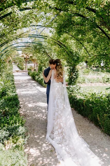portes des iris robes de mariee with love boutique 3 - Robe traditionnelle ou bohème? Smoking ou sexy? A votre image ou pour plaire au futur marié ou à la future mariée?