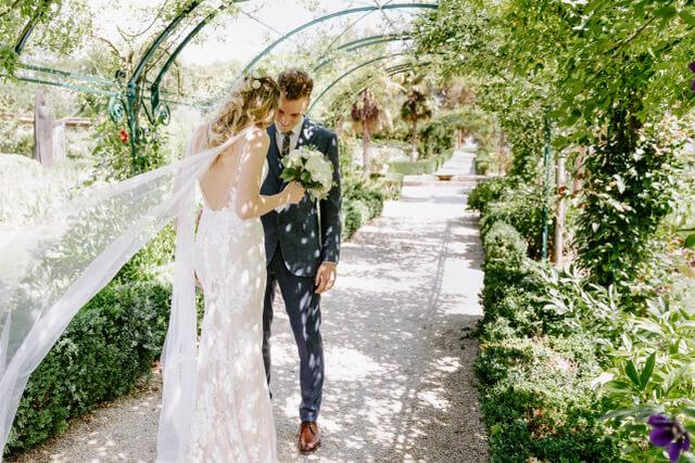 portes des iris robes de mariee with love boutique 4 - Robe traditionnelle ou bohème? Smoking ou sexy? A votre image ou pour plaire au futur marié ou à la future mariée?