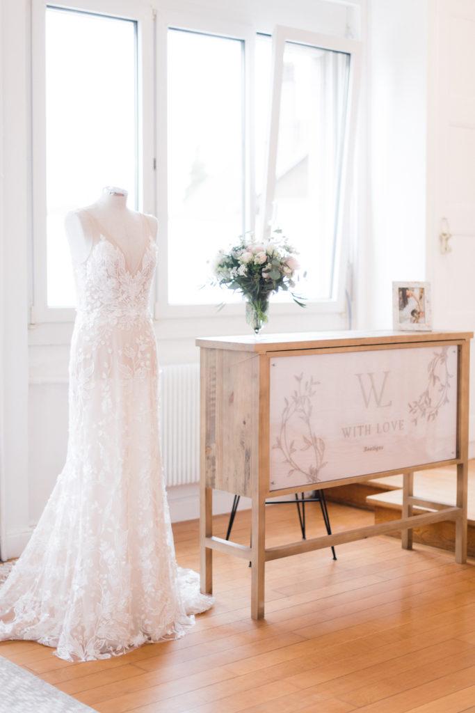 portes des iris robes de mariee with love boutique 7 683x1024 - Robe traditionnelle ou bohème? Smoking ou sexy? A votre image ou pour plaire au futur marié ou à la future mariée?